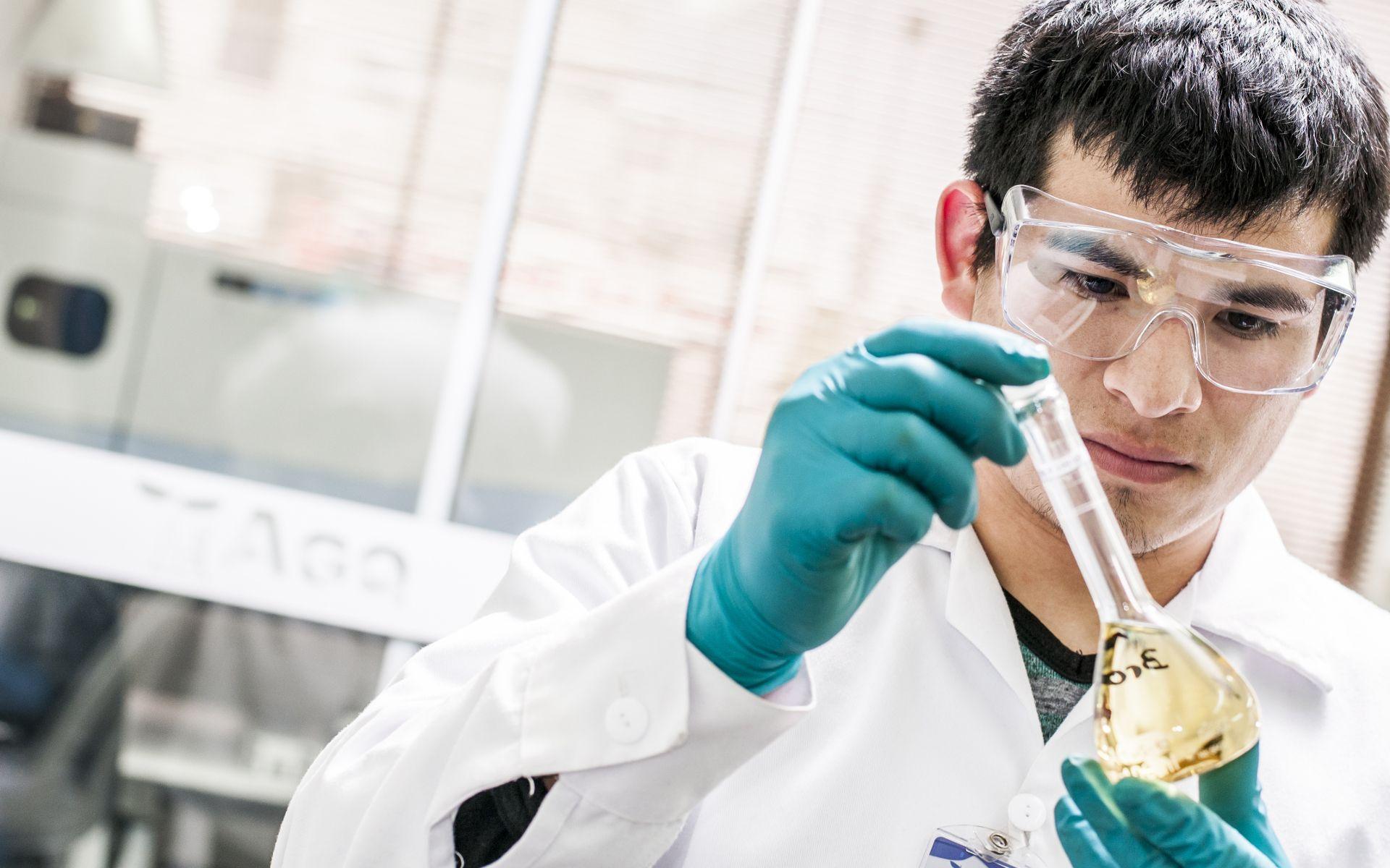 Técnico de laboratorio de AGQ Labs México con una muestra